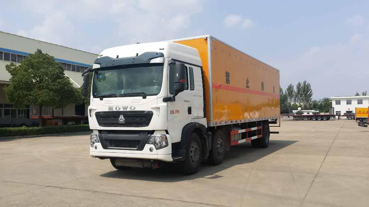 重汽9米6易燃液体厢式运输车